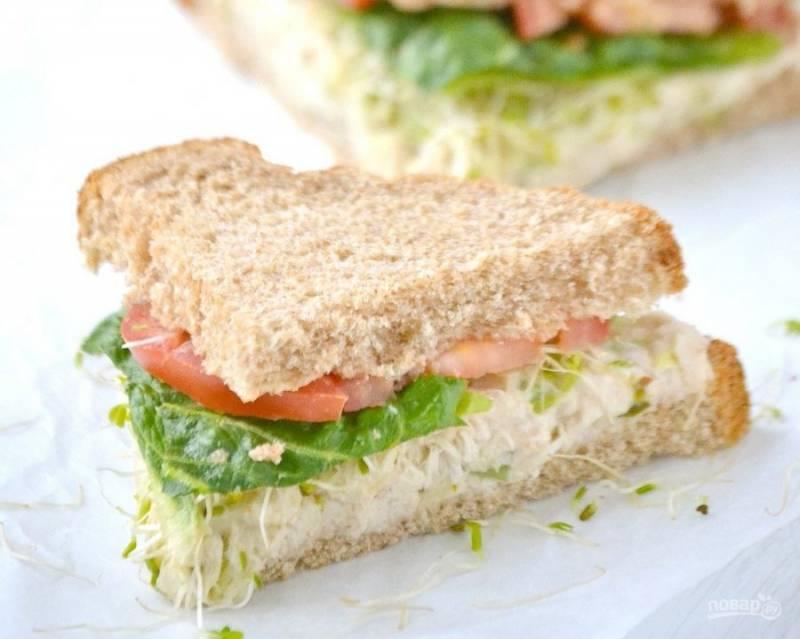 Подавать блюдо можно порционно, но я люблю накладывать салат на хлеб, выходит очень вкусный бутерброд. Можно добавить туда помидор и зелень.