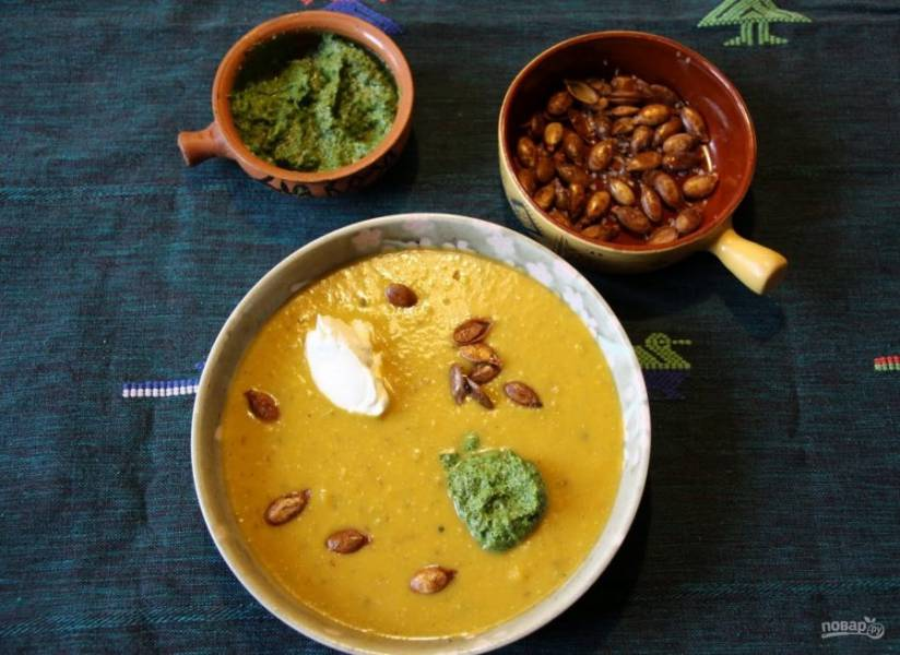 7. Подавайте суп из запеченной тыквы горячим, добавив пюре из зелени и чеснока, а также пару капель растительного масла.