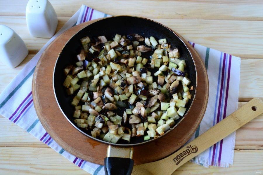 Баклажан, не очищая, порежьте на мелкие кубики. Так же мелко порежьте и очищенные шампиньоны. Лук мелко порубите. Разогрейте сковороду с растительным маслом. Сначала обжарьте лук до прозрачности, а затем отправьте в сковороду грибы и баклажаны, готовьте на медленном огне несколько минут. Затем добавьте фарш, посолите и поперчите по вкусу, хорошенько размешайте и тушите на медленном огне 15 минут, часто помешивая.