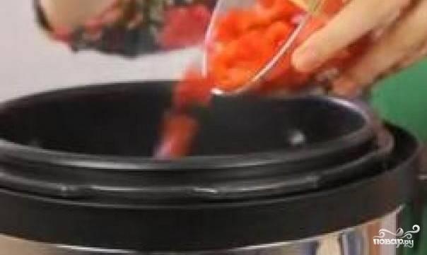 6. Когда говяжьи ребрышки будут почти готовы, добавляем к ним в чашу помидоры. Накрываем  крышкой и продолжаем тушить блюдо еще примерно 40 минут.
