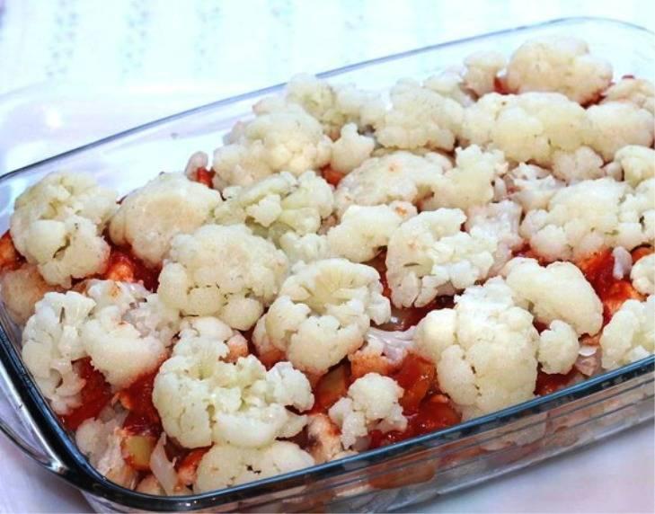 Половину получившегося соуса выложите на мясо. Сверху — слой из остальной капусты и оставшийся соус. Посыпьте тертым сыром, и отправьте в разогретую до 180 градусов духовку на 30 минут. Подайте на стол в горячем виде.