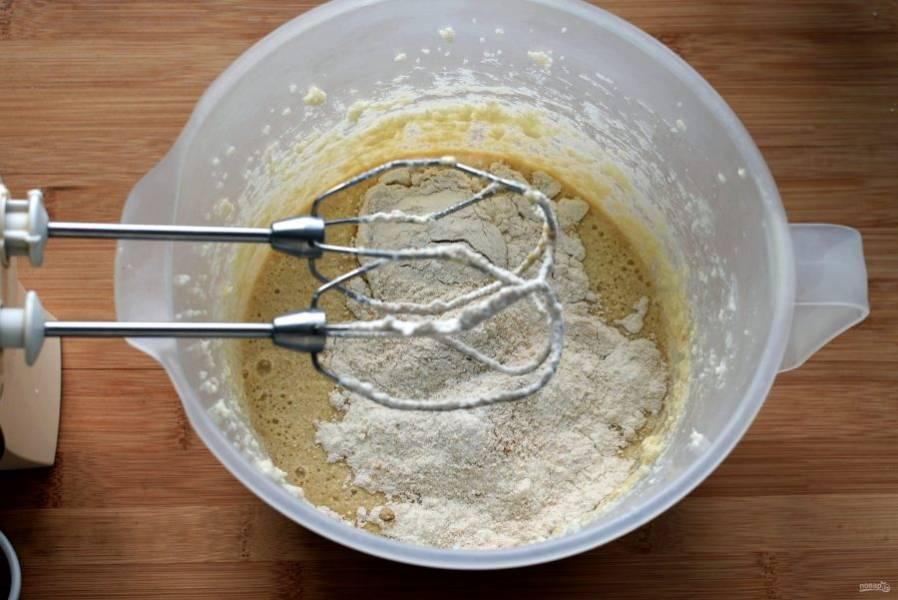 Влейте в тесто половину пива и всыпьте половину мучной смеси. На низких оборотах миксера смешайте тесто. Также добавьте вторую половину пива и муки. В последнюю очередь влейте в тесто бальзамический уксус. Можно заменить его лимонным соком, но ароматный уксус углубит вкус пирога. Нюансы в кулинарии очень важны!