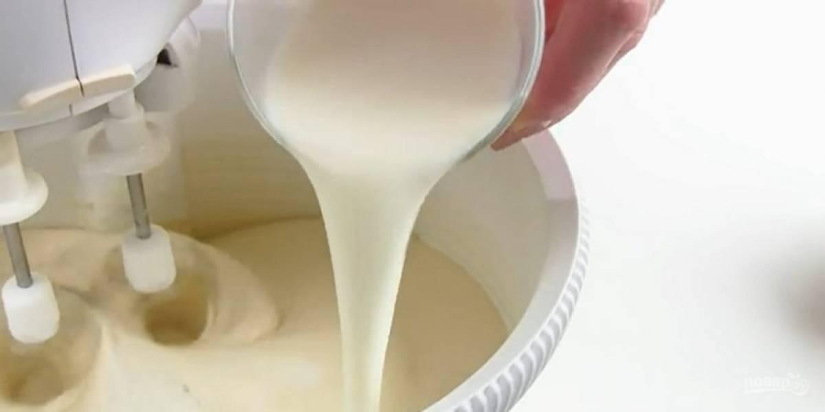 2.  Добавьте растопленное и слегка остывшее сливочное масло. Чередуя, добавьте в несколько приемов муку с разрыхлителем и молоко.