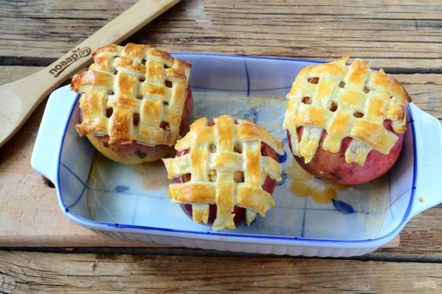 Фаршированные яблоки в духовке готовы. Перед подачей присыпьте их сахарной пудрой. Кушайте с удовольствием!