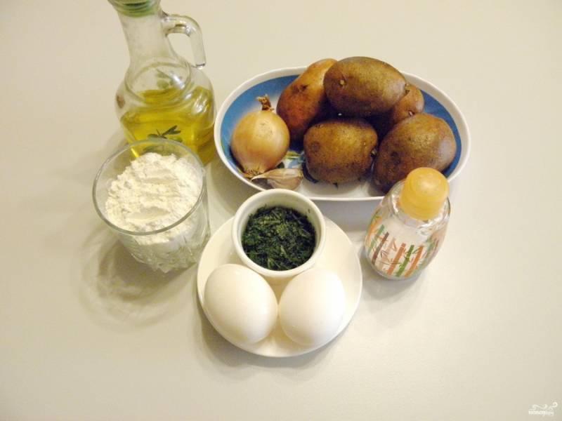 Приготовьте продукты. Картофель вымойте и очистите от кожуры, так же поступите с луком и чесноком.