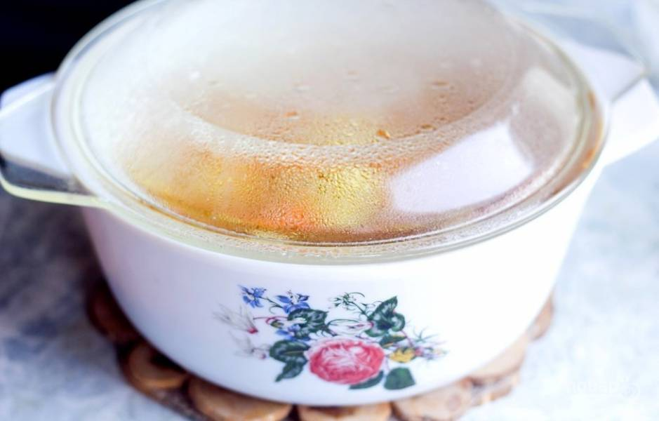 Оставьте суп на 5 минут. Добавьте соль по вкусу и другие приправы при необходимости.