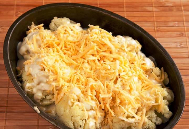 Сверху обильно посыпьте тертым сыром и верните блюдо в духовку еще на 15 минут. Готовое блюдо разделите на порции и подайте на стол.
