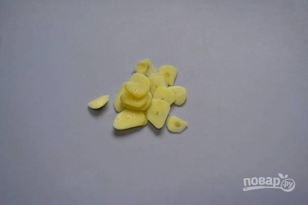 3. Тонкими пластинками нарежьте очищенный чеснок.