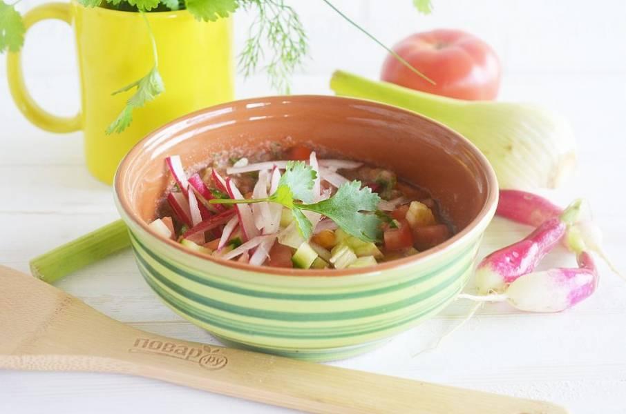Выложите в тарелку, приправьте солью, перцем и украсьте оставшимися овощами. Приятного аппетита!
