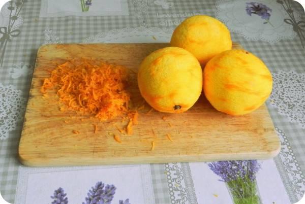 1. Займемся апельсинами. Моем, обсушим, снимаем цедру. Из самих апельсинов выжмите как можно больше сока, он нам позже понадобится.