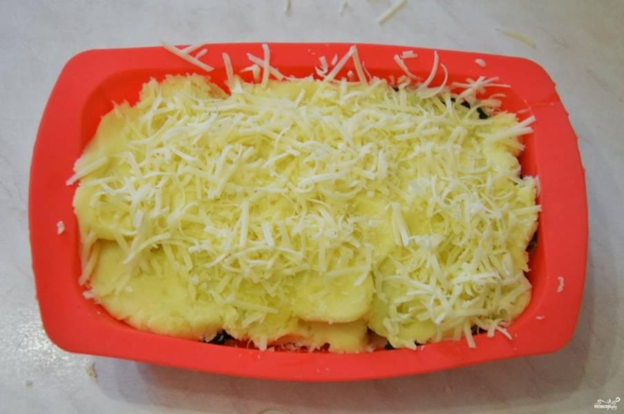 Сверху — снова картошка, еще сыра можете тертого насыпать третьим слоем.