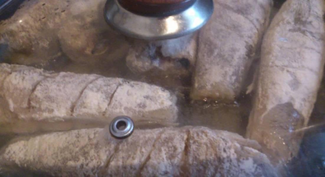 Жарим на разогретой сковородке в масле. С двух сторон. Периодически закрываем крышку, чтоб не сухая была рыба.
