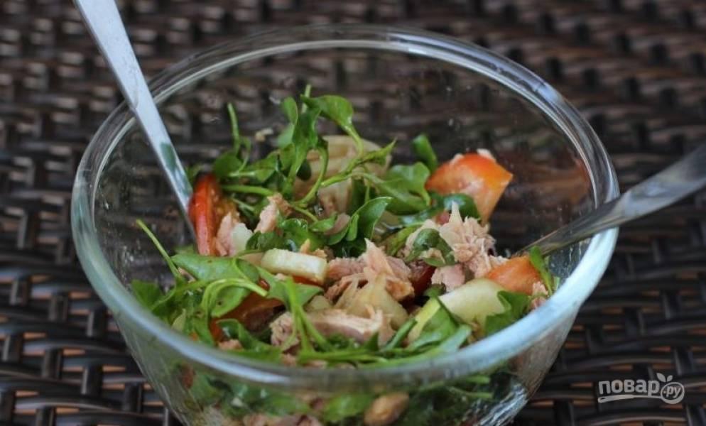 Влейте заправку в салатник и тщательно все перемешайте. Солить не нужно, ведь соевый соус, который входит в состав соуса, довольно соленый. Выложите салат на тарелку и подавайте.