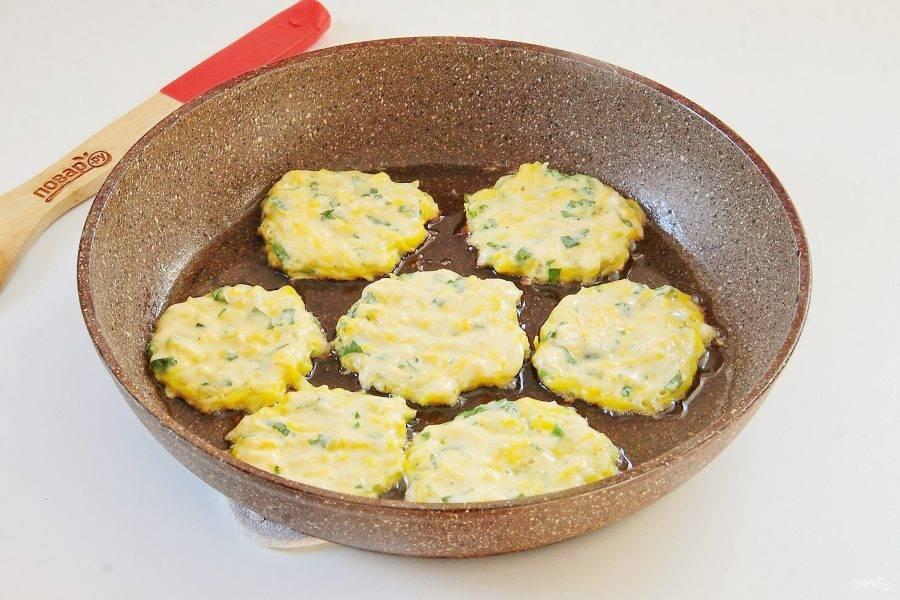 Разогрейте сковороду с маслом и выкладывайте тесто столовой ложкой, придавая ему нужную форму.