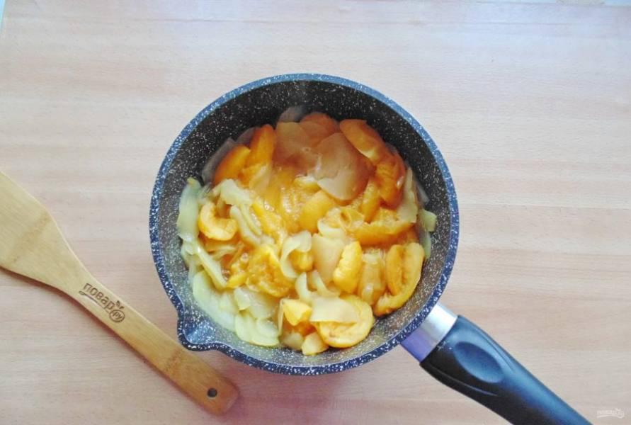 Варите фрукты до мягкости абрикосов. На это потребуется 10-15 минут.