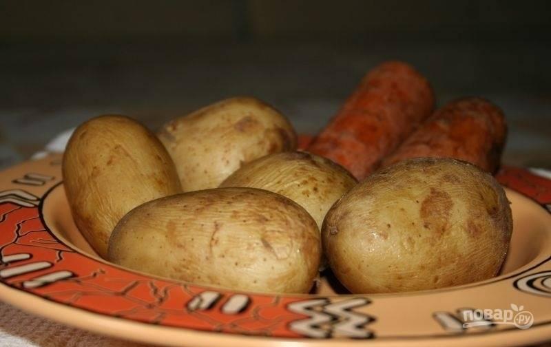 1.В большую кастрюлю выложите вымытую свеклу, картофель и морковь, залейте водой и варите до готовности. Для картофеля и моркови это 20-30 минут. Для свеклы — около 1,5-2 часов. Выложите картофель и морковь первыми, а свекла пусть варится дальше.