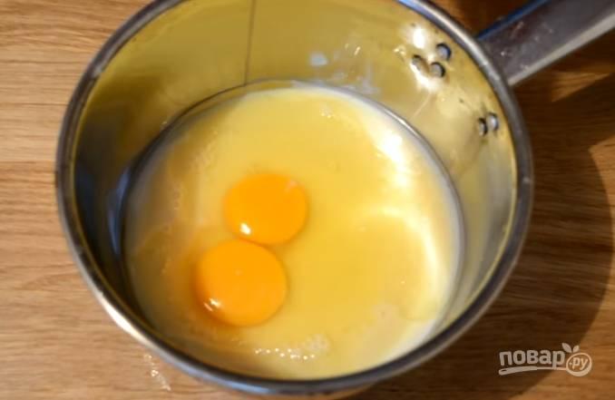 11.Для крема: в сотейник выливаете сгущенку, вбиваете куриные яйца и перемешиваете, отправляете на огонь и хорошенько прогреваете до густой массы (не доводите до кипения), затем остужаете.