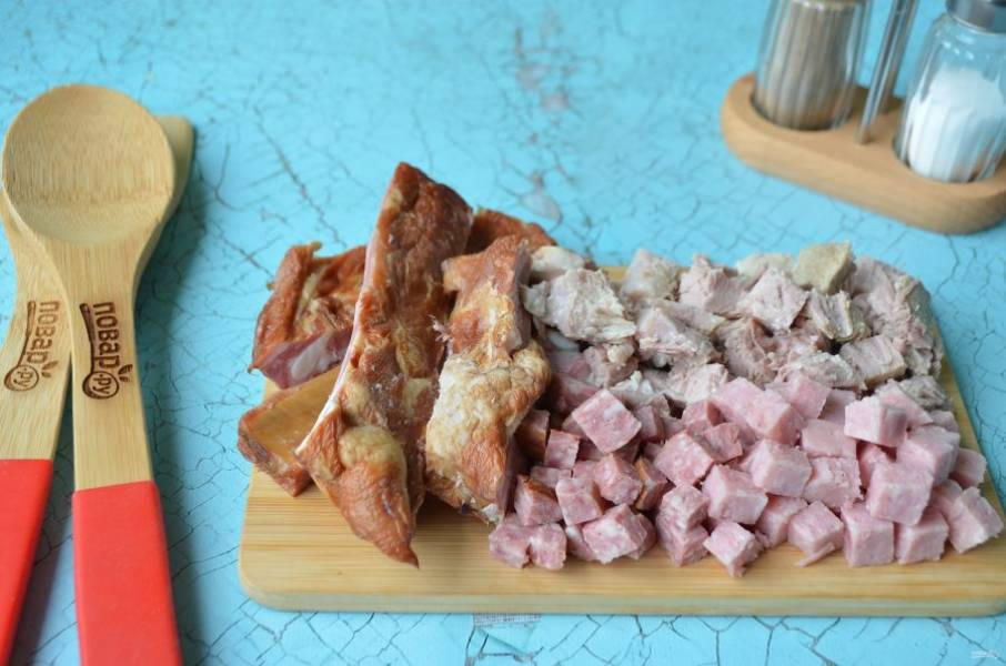 5. Порежьте ребра по мясной прослойке вдоль, остальные мясные продукты кубиками, включая мясо вареное.