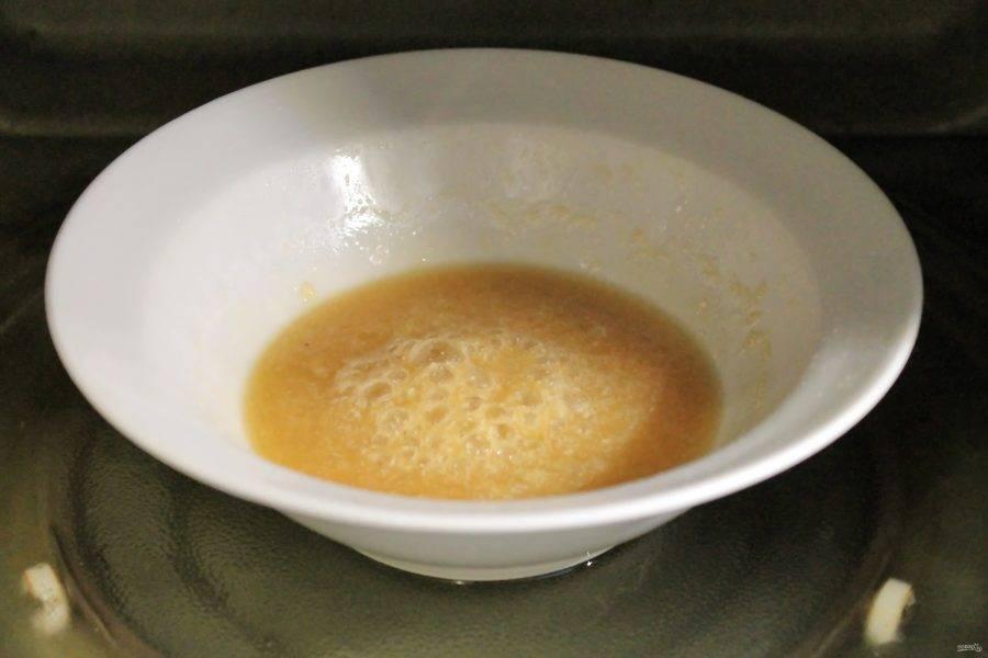 Поставьте тарелку обратно в микроволновку и готовьте в течение одной минуты при мощности 800  Вт.