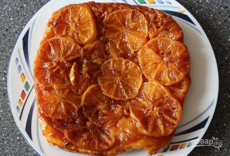 Аккуратно переворачиваем форму и извлекаем пирог на тарелку (тестом вниз). Даем ему немного настояться.