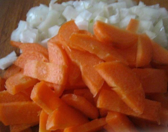 Тем временем очистите и порежьте лук и морковь.