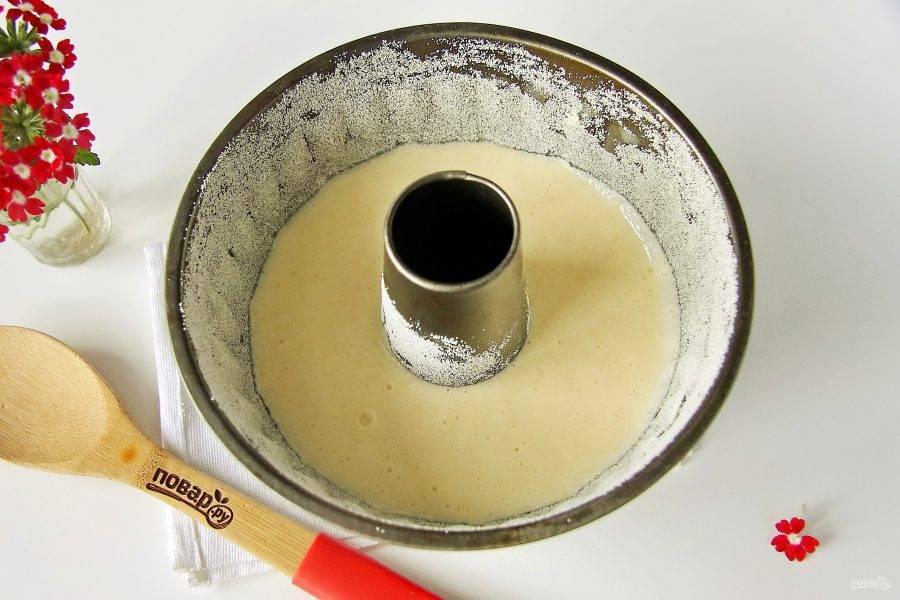 Форму для выпечки смажьте маслом, обсыпьте манкой и вылейте тесто. Выпекайте в духовке при температуре 180 градусов около 30-40 минут. Готовность проверяйте деревянной шпажкой, на выходе она должна быть сухой.