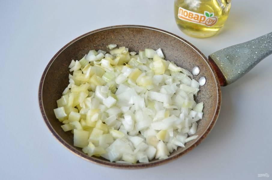 5. Приготовьте соус: порежьте мелко лук, сладкий перец, обжарьте их на ложке растительного масла до мягкости.