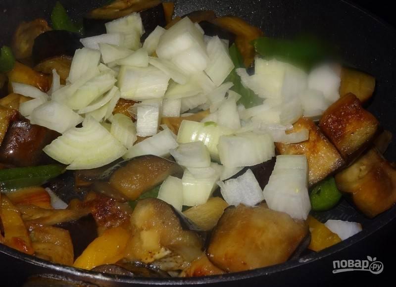 Затем добавьте лук и оливковое масло. Ещё раз перемешайте и готовьте ещё 3 минуты.