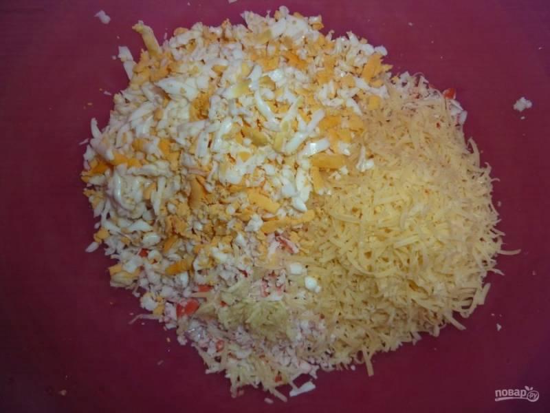 Крабовые палочки, сыр, яйца вареные, чеснок измельчаем, солим и перчим по вкусу заправляем майонезом и тщательно перемешиваем.