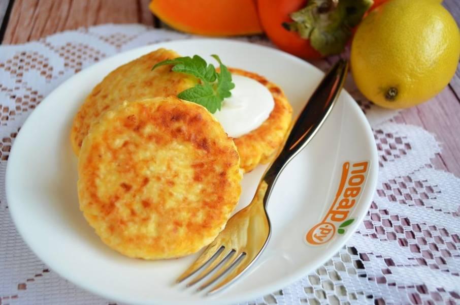 7. Подавайте сырники теплыми со сметаной, сгущенкой или джемом.