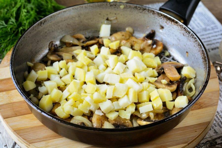 Отварите картофель до готовности, остудите и нарежьте кубиками. Смешайте с грибами. Начинка готова.