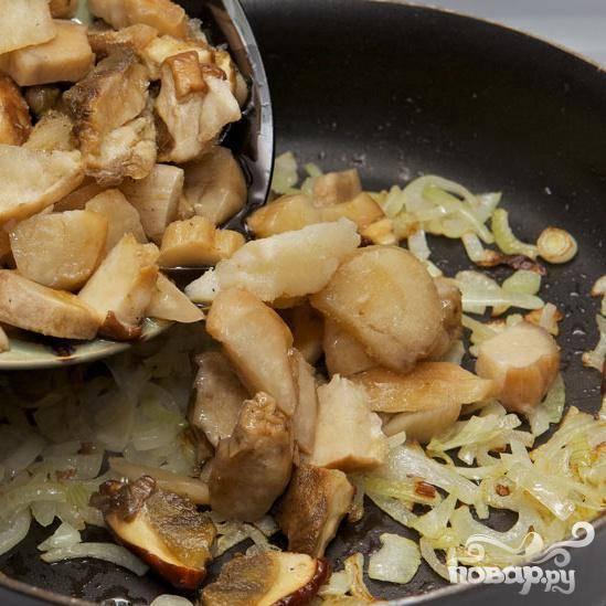 Порежьте грибы и добавьте к луку, готовьте на среднем огне, время от времени помешивайте.