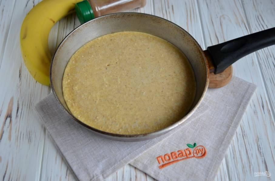Разогрейте сковороду. Лучше использовать антипригарную. Перелейте в сковороду тесто и на медленном огне пеките до корочки.