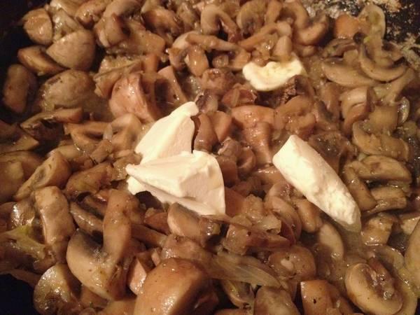 2. Грибы обжарим вместе со сливочным маслом. Солим по вкусу. Если любите жареный лук - обжарьте его вместе с грибами.