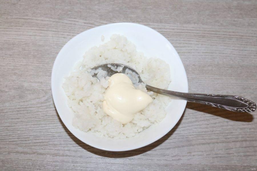 Отваренный рис смешайте с ложкой майонеза.