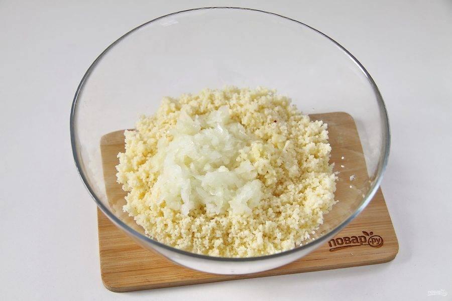 Добавьте растительное масло, пропущенный через пресс чеснок и тертую на крупной терке луковицу.