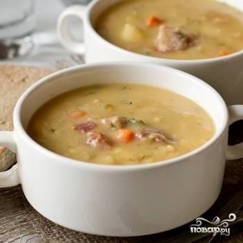 В кипящий суп добавьте обжаренные овощи и мелко нарезанный укроп. Варите в течение 7 минут. Гороховый суп готов! Приятного аппетита!