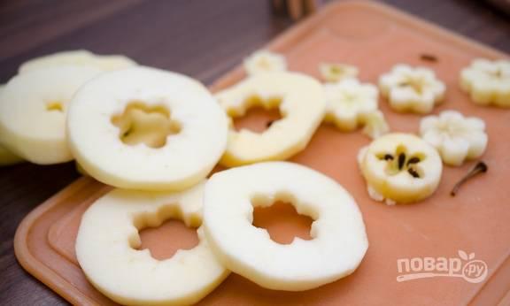 """1. Яблоки помоем, нарежем сначала круглыми ломтиками, а потом из каждого ломтика вырежем серединку и кожуру, получатся такие себе """"шайбочки""""."""