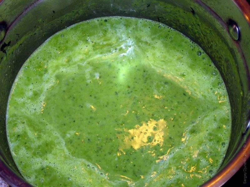5. Мята и горошек пускают сок, поэтому суп получается нужной густоты.