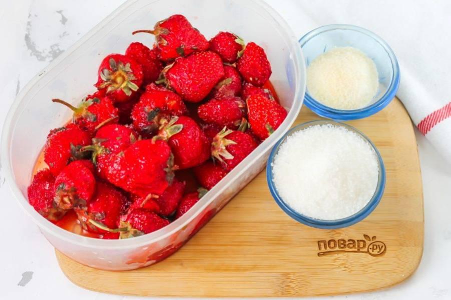 Подготовьте указанные ингредиенты. Клубнику можно использовать как свежую, так и замороженную. Пектин вместо желатина использовать нельзя!