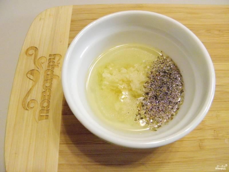Оливковое масло смешайте с давленым чесноком и прованскими травами, добавьте пару щепоток соли.