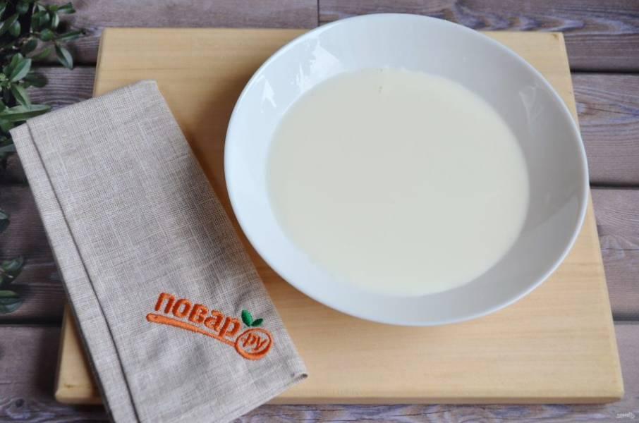 3. Молоко перелейте в плоскую с высокими бортами тарелочку, добавьте 1 ст. л. сахара, по желанию щепотку корицы. Перемешайте, чтобы сахар растворился.