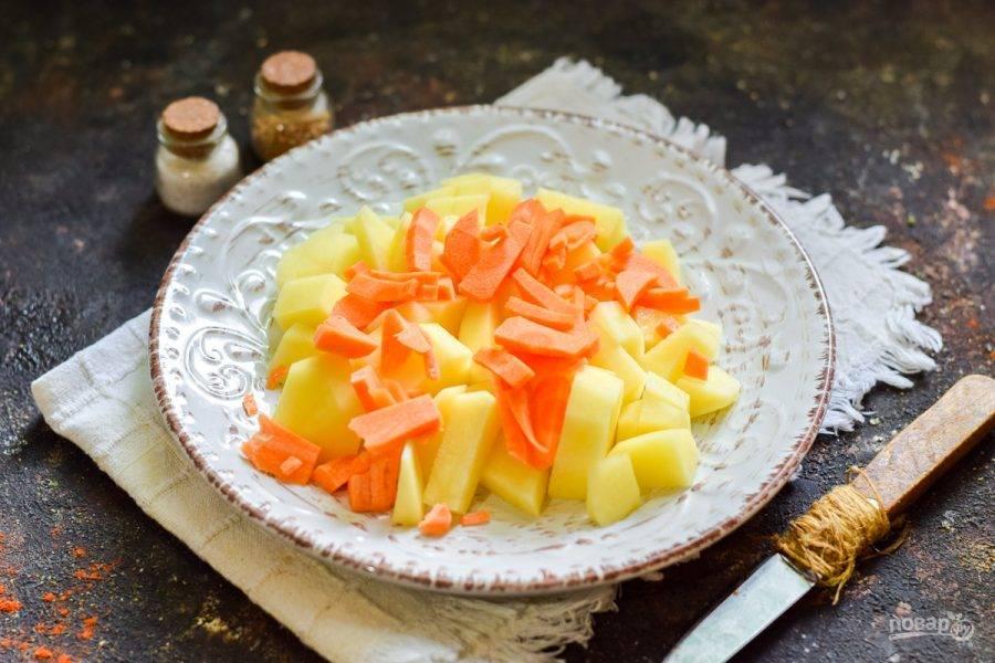 Очистите морковь, сполосните, просушите. Нарежьте морковь небольшими брусками.