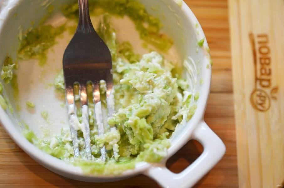 Для гуакамоле: авокадо измельчите, добавьте нарезанный лук и майонез. Посолите. Для сальсы: помидор нарежьте мелким кубиком.