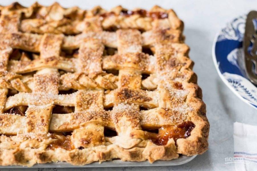 6.Отправьте пирог на полчаса в холодильник, затем запекайте в разогретом до 190 градусов духовом шкафу 50-60 минут. Готовый пирог остудите перед подачей или подавайте немного теплым.