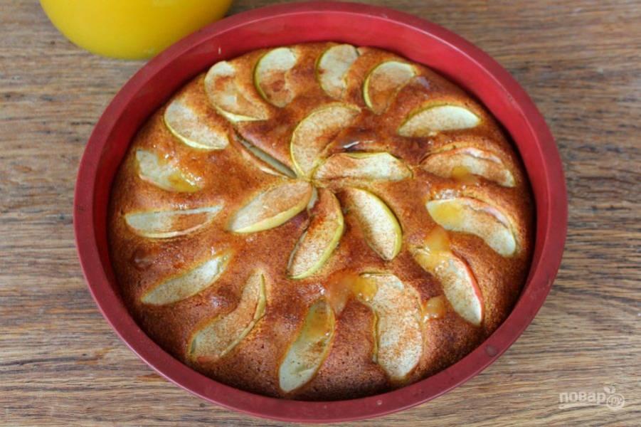 Готовый пирог можно смазать медом или посыпать сахарной пудрой.