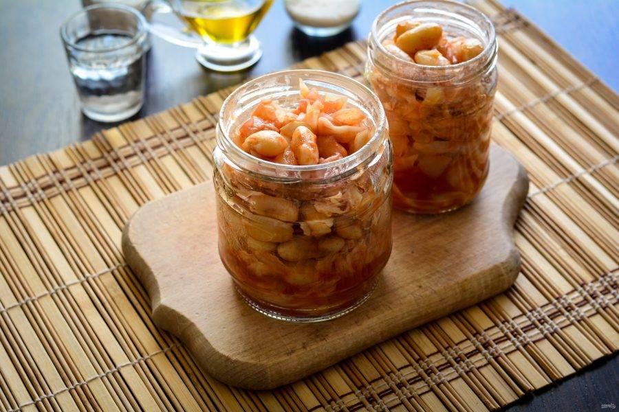 Разложите салат в чистые простерилизованные баночки.