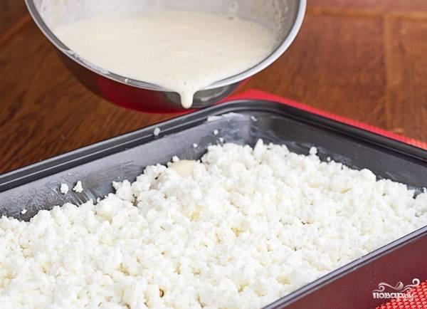 Заливаем полученной массой запеканку. Должно хватить, чтобы полностью покрыть все ингредиенты, даже макароны должны пропитаться.