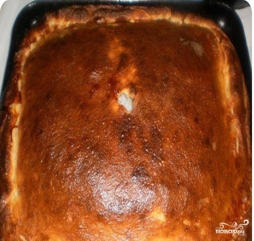 5. Пирог выпекается при температуре 180 градусов. Если вы любите сыр, сверху пирог можно посыпать тертым сыром. Будет еще вкуснее.