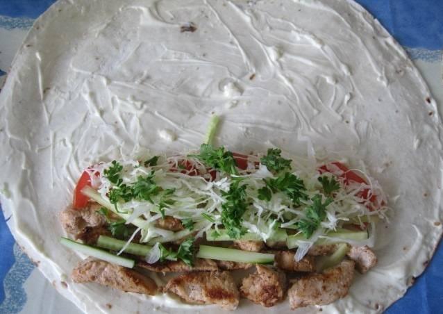 Теперь выкладываем начинку из овощей и мяса.